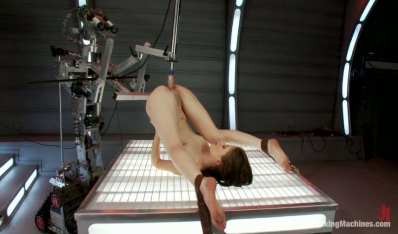 Une salope Brésilienne chevauche la machine sexuelle