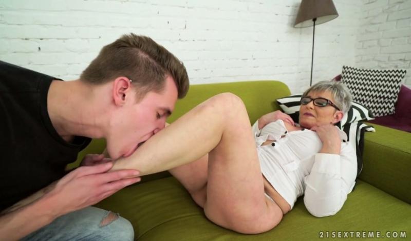 лизать ступни пожилым женщинам порно